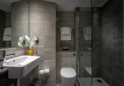 Maldron_Hotel_Dublin_Airport_en-suite_bathroom_with_shower