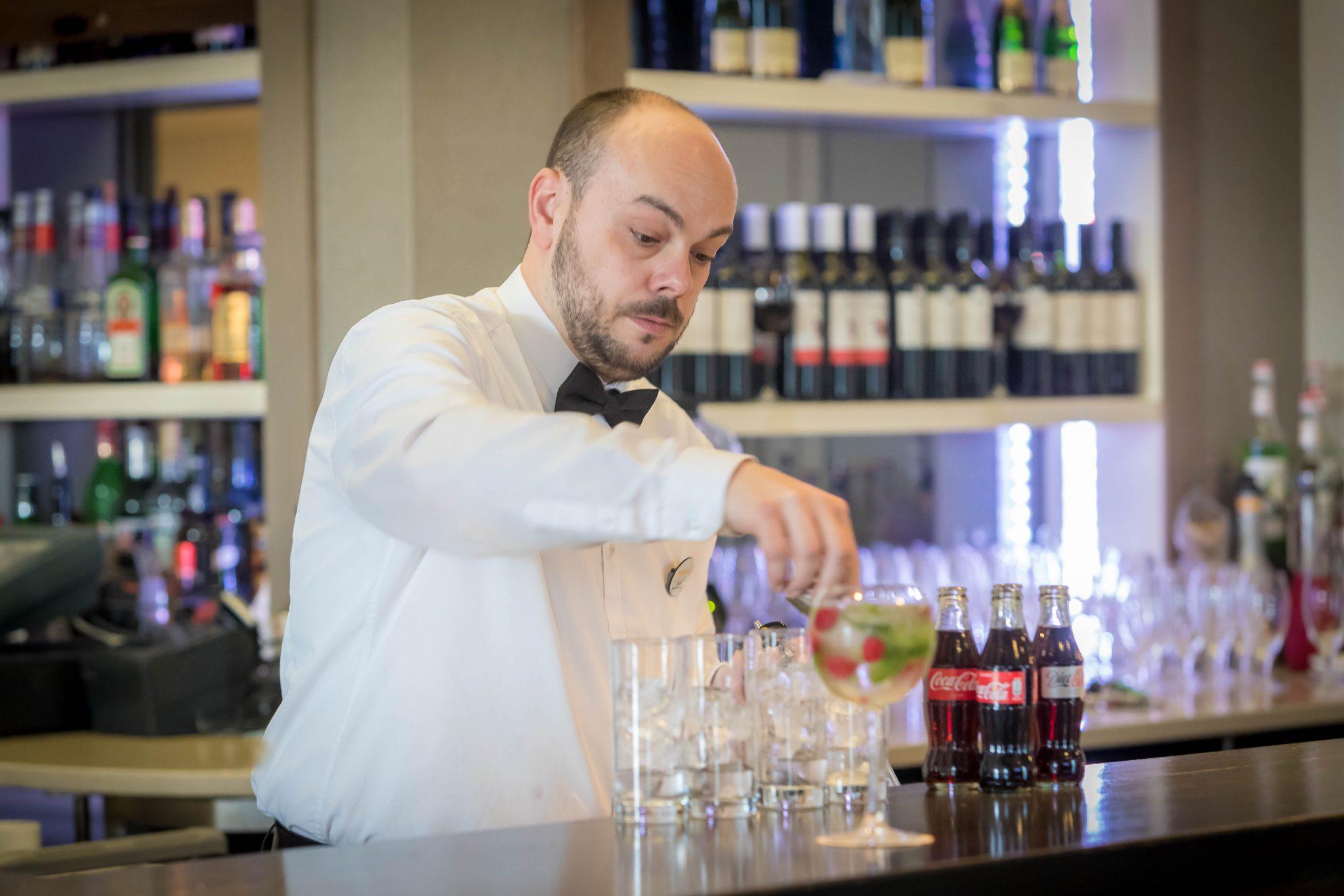 preparing_cocktail_in_Sky_Bar_at_Maldron_Hotel_Dublin_Airport